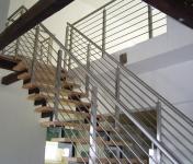 <h5>Treppengeländer</h5><p>Pfosten aus 40er Vierkantrohr, Querstreben aus ø10 Rund und Handlauf aus ø42 Rohr. Komplett geschliffen.</p>