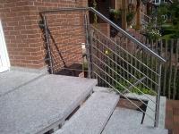 <h5>Treppengeländer</h5><p>Pfosten, Geländer und Handlauf aus ø42 Rohr, Querstreben aus ø12 Rund. Komplett poliert.</p>