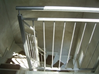 <h5>Treppengeländer</h5><p>Pfosten aus 40er Vierkantrohr, Längsstreben aus ø10 Rund und Handlauf aus ø42 Rohr. Komplett geschliffen.</p>