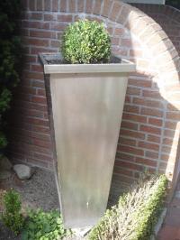 <h5>Blumenkübel</h5><p>Aufwändige Verarbeitung, ca. 1,20m Höhe.</p>