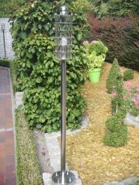 <h5>Gartenleuchte</h5><p>Gefertigt aus Edelstahl und Plexiglas, hochglanzpoliert.</p>