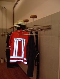<h5>Feuerwehr-Garderobe</h5><p>Gefertigt aus Edelstahl.</p>